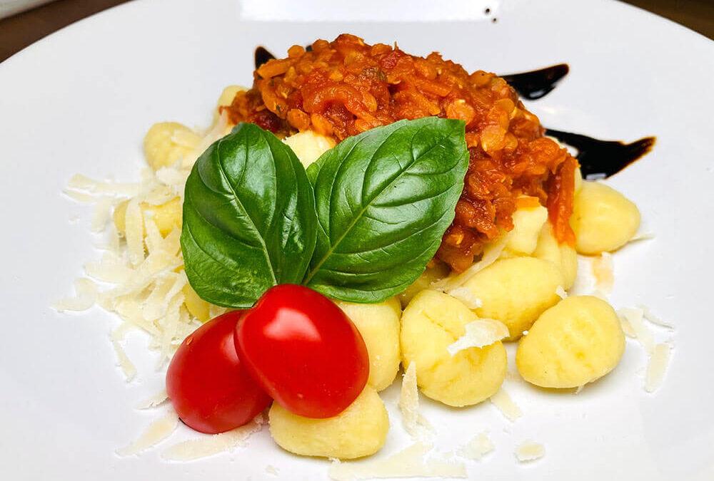 Rote Linsenbolognese mit Gnocchi (vegan)